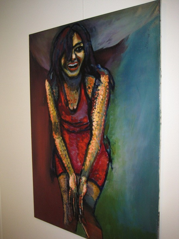 Lachende vrouw met handen tussen de knieen